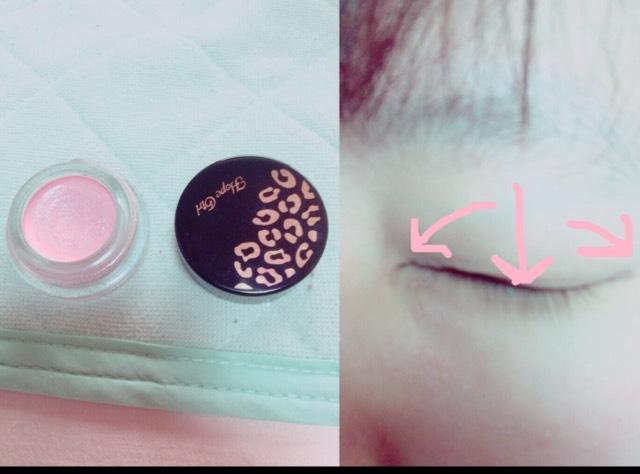 ピンクのラメが多めに入ったシャドウを瞼全体に塗ります。 最初に縦に入れてから左右にスライドさせて塗るといいかも。