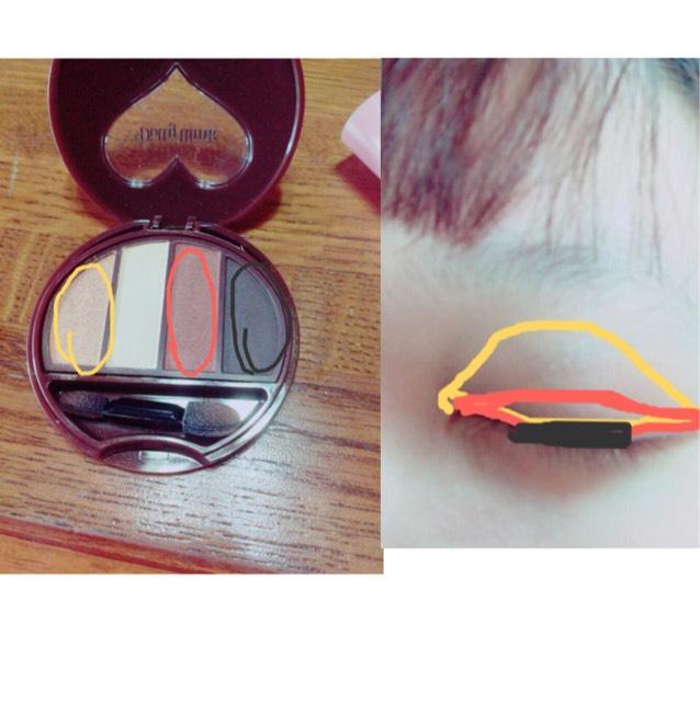 Dolly winkの01のシャドウを使います。 画像の通りに1番左の色を全体、右から2番目の色を二重幅(二重にしたいところ)、1番右を黒目の上の部分だけ塗ります。