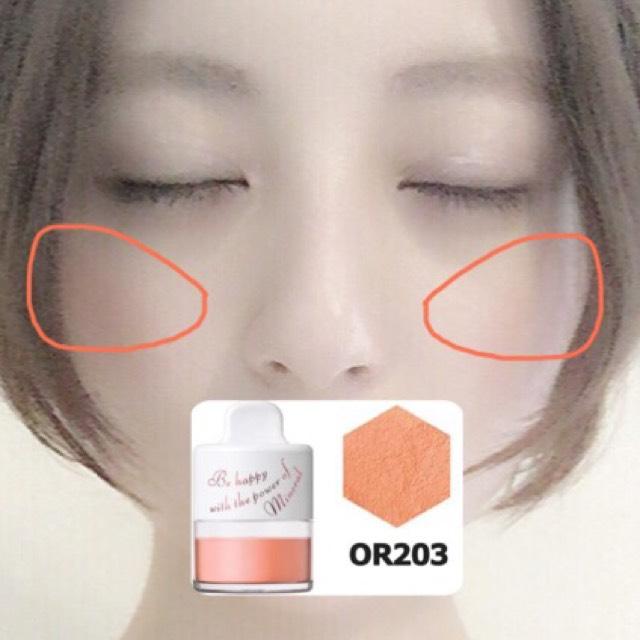インテグレートのOR203をブラシで写真の位置に入れます。 目尻にいくにつれ濃くなる様に塗ります。