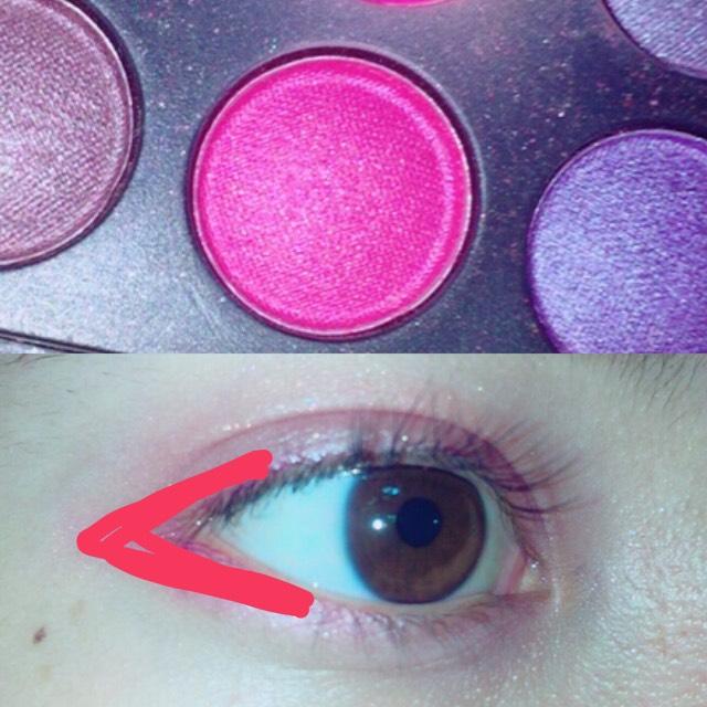 次は少し明るめのピンク又はオレンジ、赤を  目尻から『く』の字に塗ります!