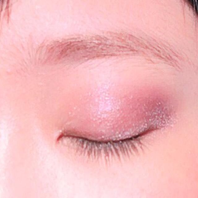 濃いめのパープルのアイシャドウを、目尻から、クリースにかけて、先程よりも幅細めに塗る。