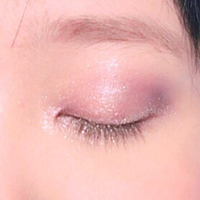 目頭と、瞼の中心部、涙袋に、ラメ入りの薄いピンク色のアイシャドウを指でポンポンと乗せる。