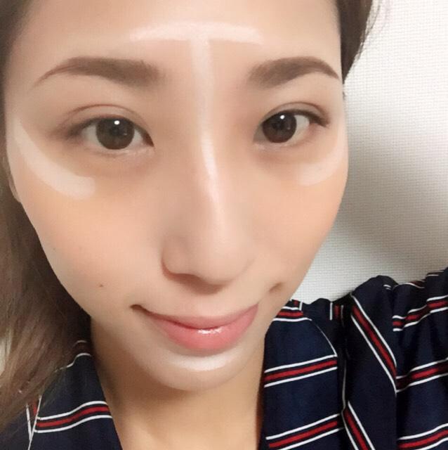 まずはハイライト。 ➃のハイライトを 写真の位置にのせていきます。 おでこ→頬→顎  手の甲で均等にしてから大きく動かしていれていきます。 鼻筋だけは広がらないように細く入れる。