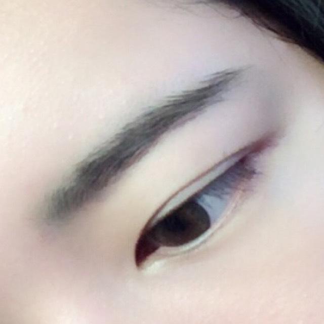 そしたら眉毛です。 気持ち細長く描いたら、手持ちの緑シャドウを眉頭と眉尻にブラシで着色します。 このひと手間で、結構ハーフ感が生まれます。 カラコンが赤みのものであれば、赤シャドウを。統一感!