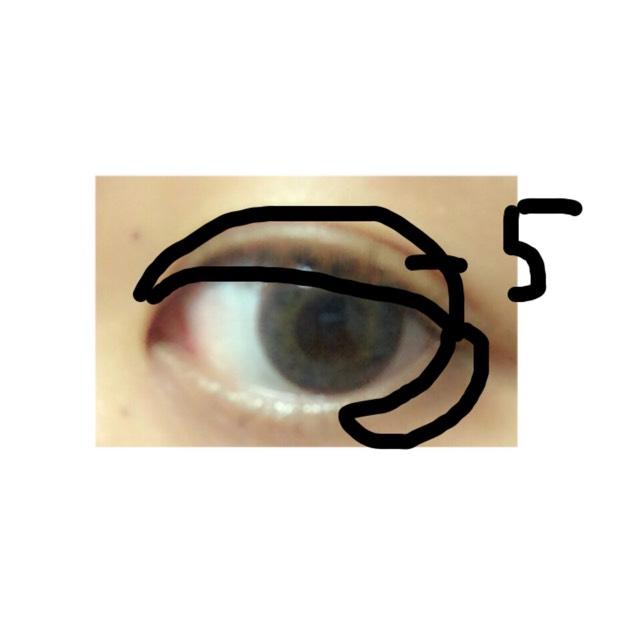 キャンメイクのアイシャドーの「5」を使っていきます 二重幅と下の目尻に塗っていきます
