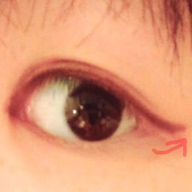 目尻を跳ねあげる感じでアイラインを引きます ブラウン系のアイライナーの方が目元が柔らかく見えると思ってブラウン使ってます