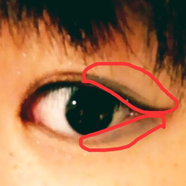 目尻あたりに⑥の青いアイシャドウをいれます