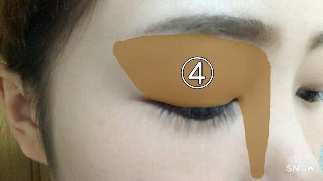 まずは④の色(同じものでなくても、シェーディングのような影を作る色のものなら何でも!)をまぶた全体と鼻筋脇にいれます