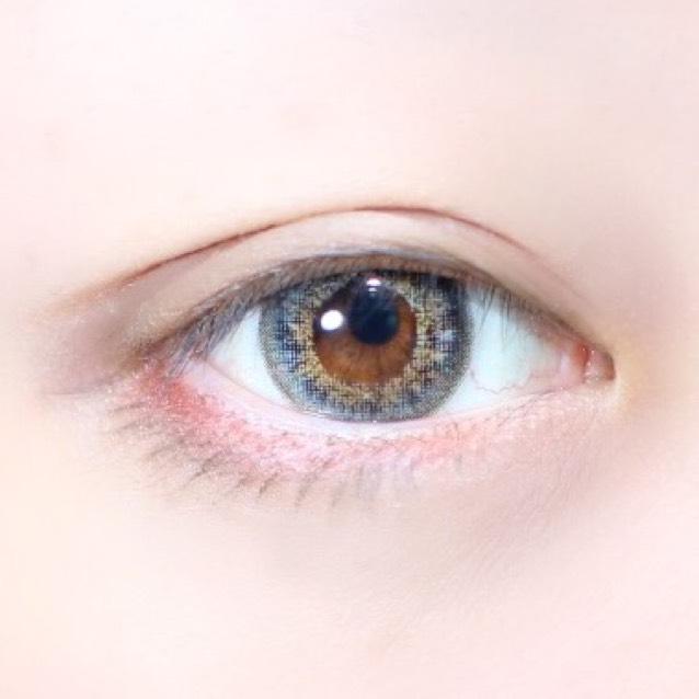Kパレットの眉ライナーのリキッド側で目のラインをなぞり下は赤のラインを囲むラインを意識しながらまつげを書きます