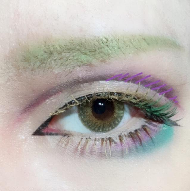眉は黄味の強い明るいペンシルで形を作ったら眉コンシーラーで自眉の色を消しカラーシャドーをのせます。  ダブルラインの目尻側にもメインカラーを乗せると引き締まります。