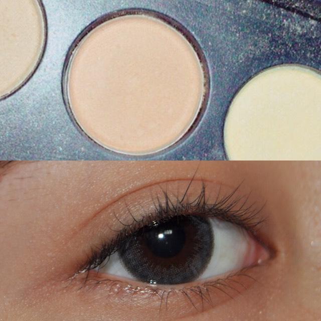 次に、少し茶色.オレンジっぽい色を瞼全体にのせます。