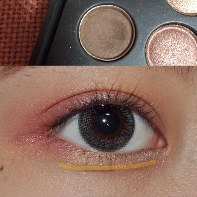 涙袋を強調する影をブラウン色のシャドウで薄く、黄色の線のところに塗ります! 塗った後に綿棒などでボカすといい感じになります^^