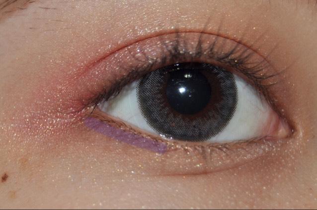 そしたらさっき涙袋の影で使ったブラウンのシャドウを目尻に塗ります!紫色の線のところです!