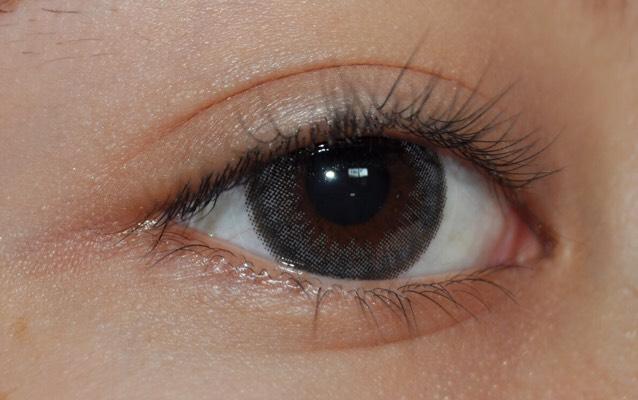 まず、瞼 全体に白又は肌色のアイシャドウをのせます。 ラメが入っていても入っていなくても大丈夫です^^ (発色を良くするため)