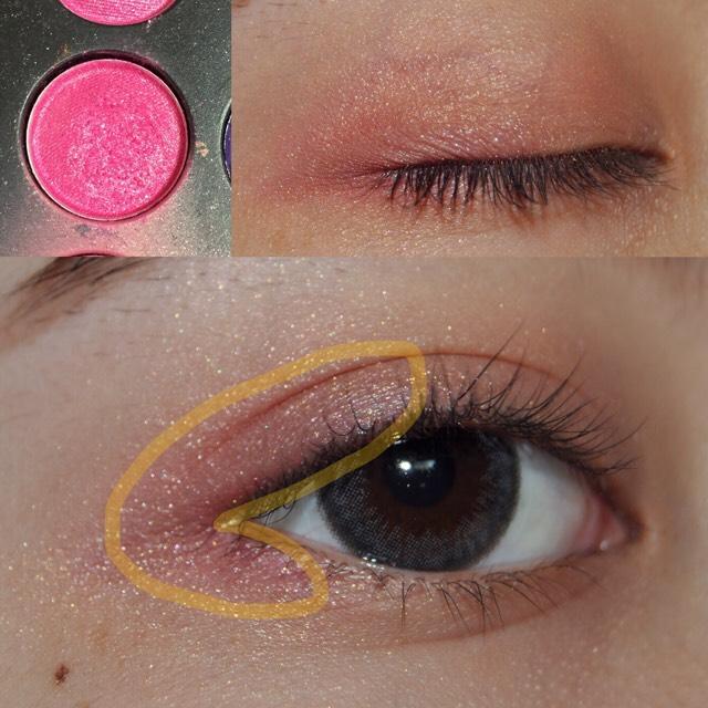 ピンク色のラメ入りシャドウを黄色の線の中に塗ります!