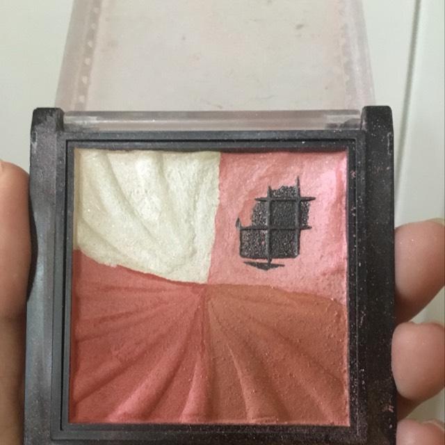ダイソーのチークです。 右上と左下を混ぜて使います。  笑った時に一番高くなるところに塗ると自然です。