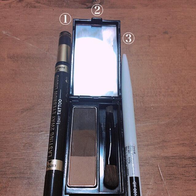 眉を書きます、  ①k-パレットのアイブロウリキッドのパウダーの方で眉の芯?を書く。 ②真ん中の色で少し眉を茶色くする ( k-パレットのが真っ黒なので、、) ③で眉の形を整える。  濃くなったら綿棒などを使いぼかします。  平行に!!
