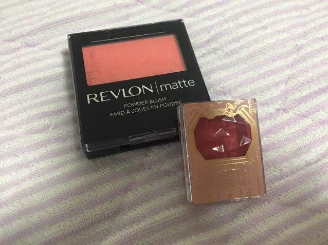 チークはRevlonのオレンジピンクっぽいチークと、キャンメイクの赤いチークを使います。