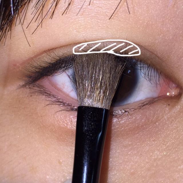 二重幅の黒目の上を①と②を混ぜて塗ります。