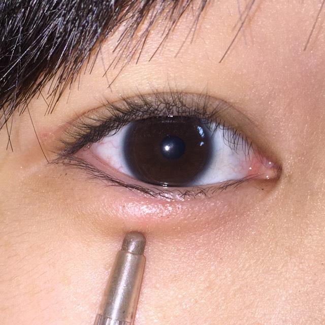 自分の目にあうように涙袋の影を書きます。