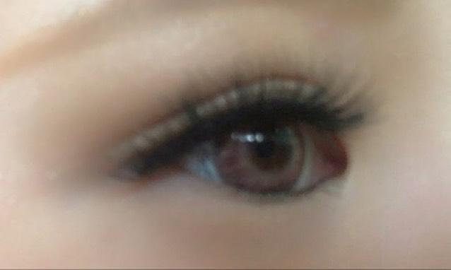 ケイトの影を作るブラウンベースをつかい  黒目から目尻にかけてのせます!