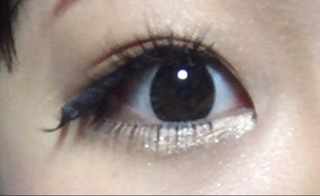 したまつげもついた状態ですみません(笑)  グラマラスアイを目頭側は上向きに、目尻側を下向きにつけてパッチりした目を作ります