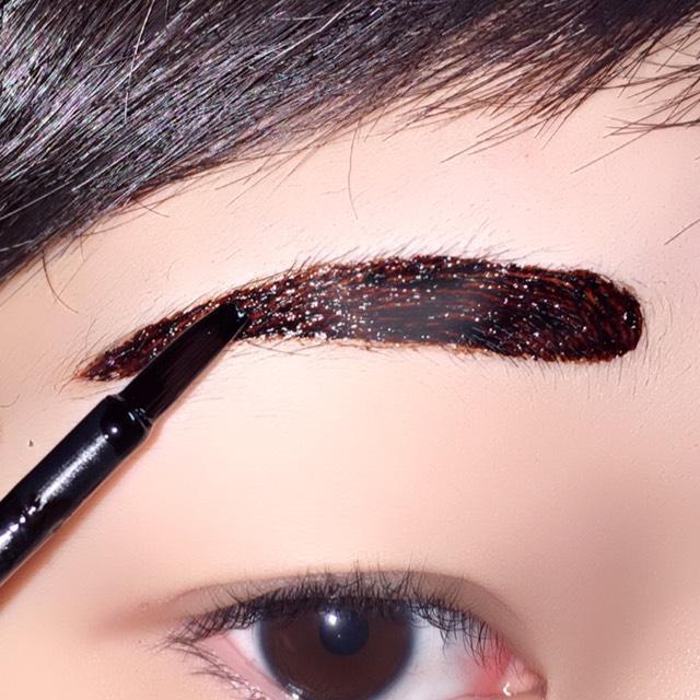 自分のなりたい眉毛の形にティントを塗ります。