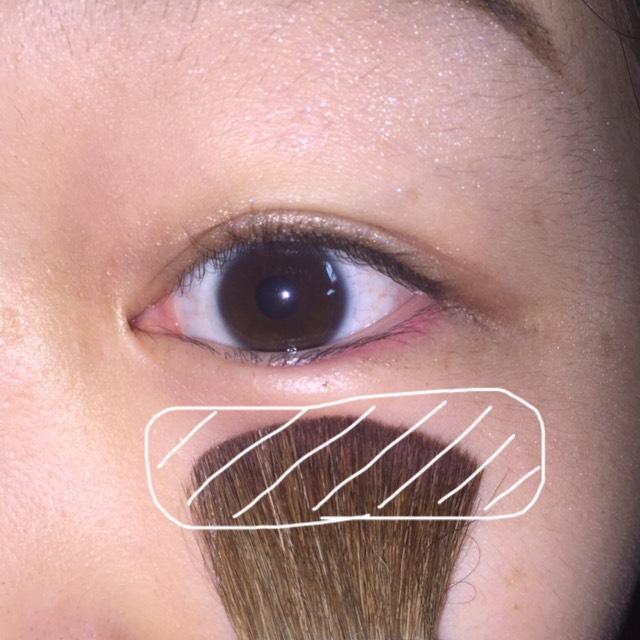 チークは付属のブラシを使って目の下に長細く塗ります。