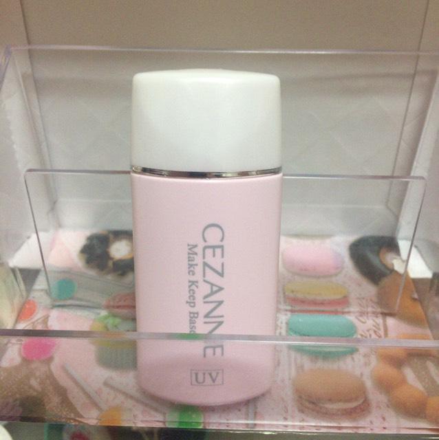 化粧水→美容液→乳液→日焼け止めを塗り、軽くティッシュで抑えます。 下地を顔全体に薄く塗ります。