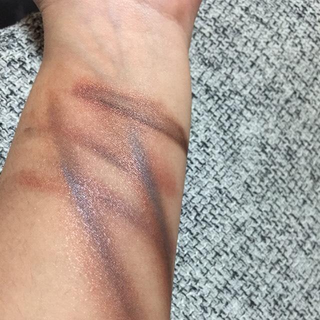 メンヘラといえば リスカ‼  傷みたいに見えるよう 赤と黒と青を混ぜて テキトーに傷を書く。