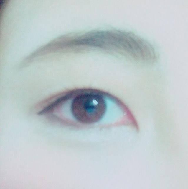 眉は、平行眉にしたいのですがあまり平行になり過ぎず、自眉がある方は自眉にそりつつ、気持ち平行にします。