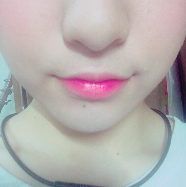 唇の内側にウォーターティントを塗って、指で外側にぼかします。