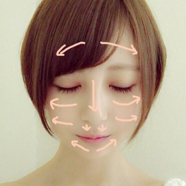 BBクリームと液体ファンデーションの塗り方はおでこ、頬、鼻、口角に適量置いてからスポンジや指先で写真のように伸ばします。