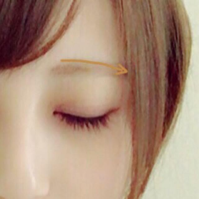 眉毛はパウダーの薄い色を眉にそって書いた後、ペンシルで少し困り眉になるように描きます。 描いたら粉のファンデーションを左右に振るようにパフで擦って少し薄くします。