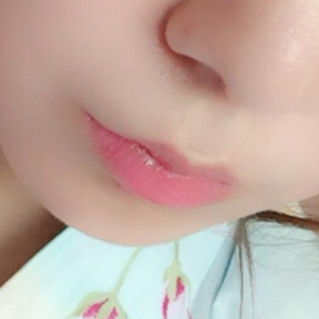 唇の中心から外側に向かって左右に動かしながらティントをつけていく。