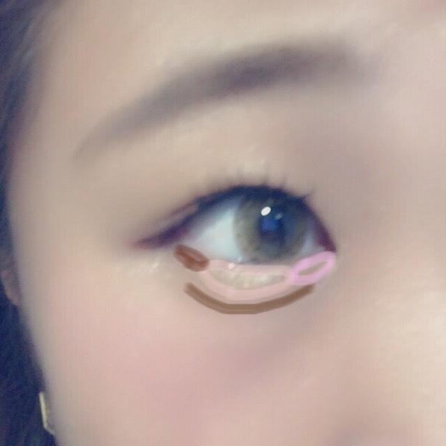 目尻から三分の一くらいまで締め色を入れます。涙袋の影を書き、目頭側にすこしピンクを。真ん中は白のラメ入りハイライトを