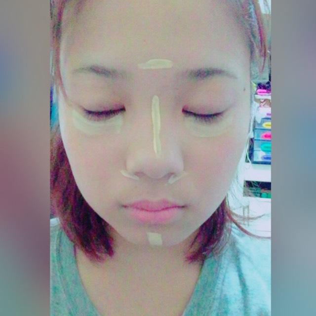 ファンデーションを 顔全体に塗ります