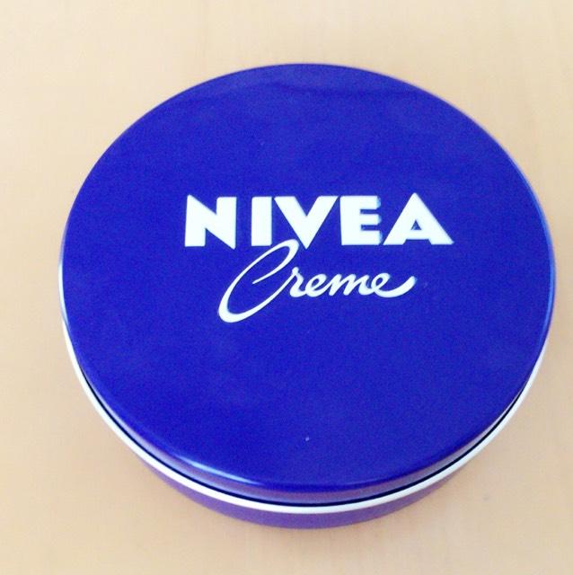 Nivea青缶を用意します。((チューブタイプでもOK))