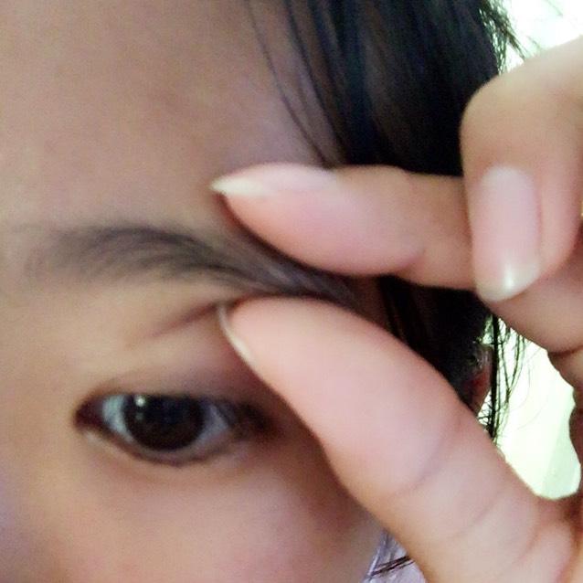 何度か繰り返したら、写真のように眉毛を計3回ぐらいに分けてつまみます。