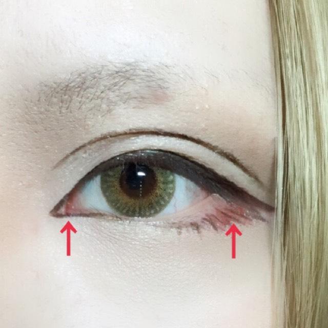 前回のプロセス同様、目頭の切開ラインをくの字に描き内側の皮膚に赤みを足します。 今回はコスメに載せたキャンメイクのチークを筆に取り乗せています。 粘膜に馴染むよう目尻にもぼかします。
