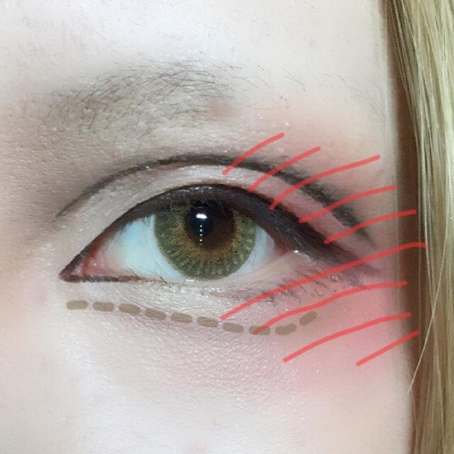 コスメに載せたクリームチークをパフに取り目尻側全体にポンポン乗せます。 目頭側のダブルラインもほんのり赤くぼかします。