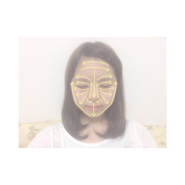 2.顔全体は手のひらで顔の中心から外側に向かって伸ばし、目元や鼻周りなどは指先でムラにならないように伸ばす。