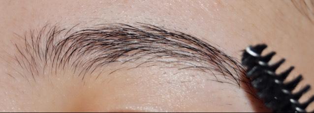 まずコームを使って眉毛を整えます