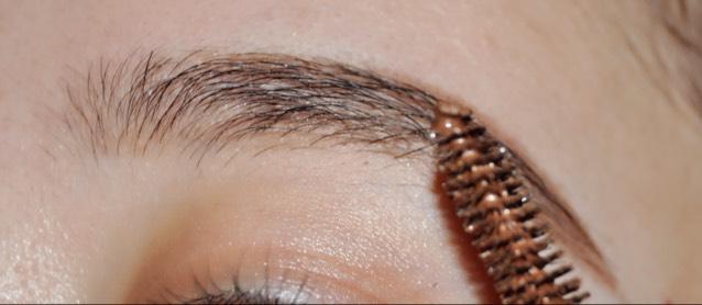 最後に眉マスカラを肌につかないように塗ります^^