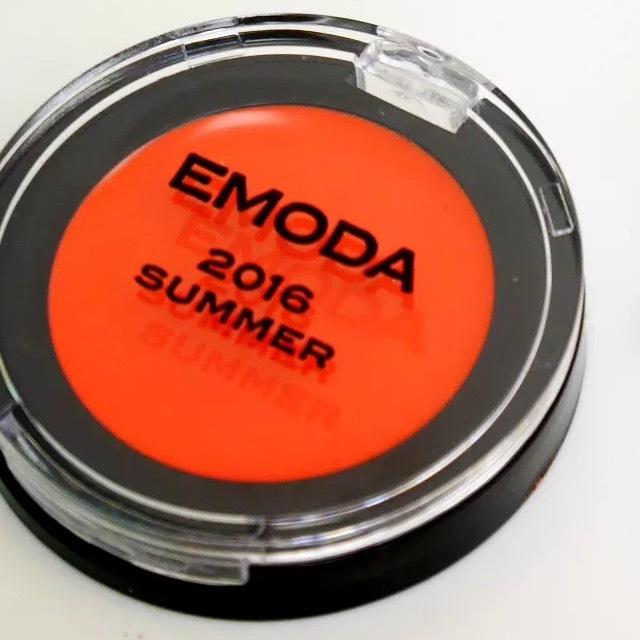 10.EMODAのリップ&チークをのせる。