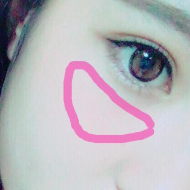 チークは目の下を三角に乗せていきます ピンク系がいいかと思います