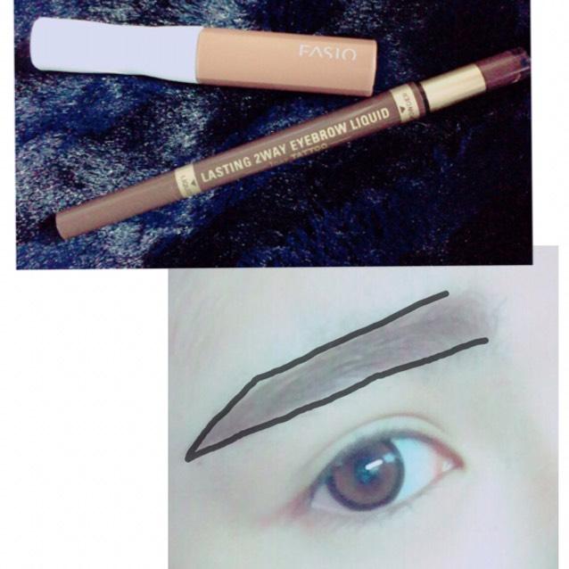 パウダーの方を使い眉全体を書き、リキッドをつかい眉尻を書きます。平行に太く書くのがポイントです。 書いたら眉マスカラで眉毛を染めていきます