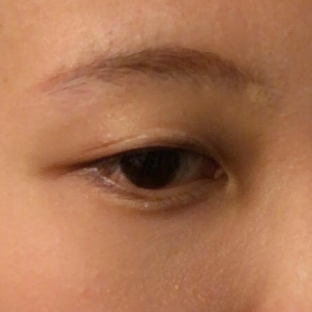 4 眉は、オレンジのシャドウかチークで薄く色つけてから、普段通りに。