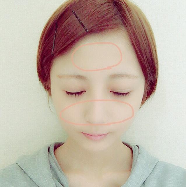 sugaoのフェイスパウダー(ベビーピンク)を顔全体に塗ります。 まるで囲われてる場所は少し厚めに塗ります。