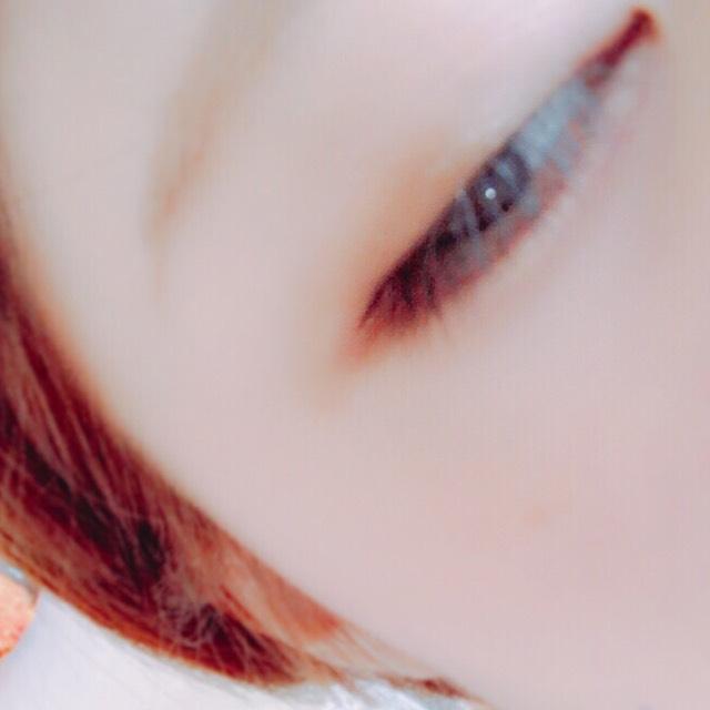 アイラインは目に沿ってひき短めに書きます。